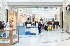 Les gens faisant des emplettes dans l'intérieur de luxe de centre commercial Images libres de droits