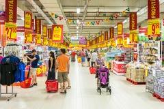 Les gens faisant des emplettes dans le bas-côté de magasin de supermarché Photos stock
