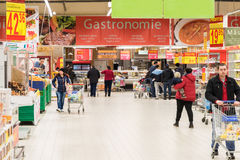 Les gens faisant des emplettes dans le bas-côté de magasin de supermarché Photos libres de droits