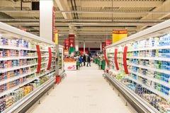 Les gens faisant des emplettes dans le bas-côté de magasin de supermarché Images stock