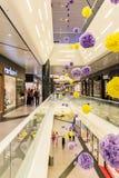 Les gens faisant des emplettes dans le centre commercial de luxe Image libre de droits