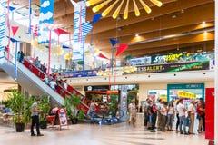 Les gens faisant des emplettes dans le centre commercial de luxe Photographie stock libre de droits