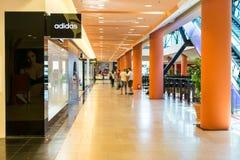 Les gens faisant des emplettes dans le centre commercial de luxe Images libres de droits