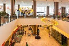 Les gens faisant des emplettes dans le centre commercial de luxe Photo stock