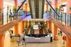 Les gens faisant des emplettes dans le centre commercial de luxe Images stock