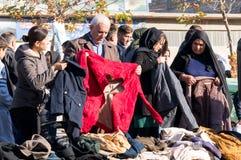 Les gens faisant des emplettes pour des vêtements en Irak Photos stock