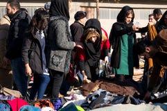 Les gens faisant des emplettes pour des vêtements en Irak Images stock