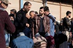 Les gens faisant des emplettes pour des vêtements en Irak Image libre de droits