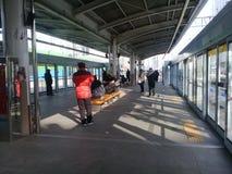 Les gens faisant différentes activités à la station de métro photo libre de droits