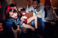 Les gens faisant la fête à la boîte de nuit souterraine Photo stock