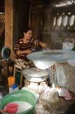 Les gens faisant la nourriture traditionnelle du Vietnam de la farine de riz Image libre de droits