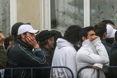 Les gens faisant la queue pour émettre le vote photographie stock