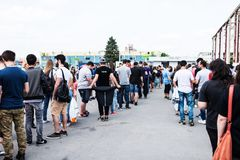 Les gens faisant la queue pour acheter des billets pour le troisième jour de l'escroquerie comique de l'Europe de l'est Photos libres de droits