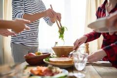 Les gens faisant le dîner ensemble photographie stock libre de droits