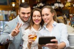 Les gens faisant le selfie au café Photos libres de droits