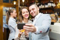 Les gens faisant le selfie au café Images libres de droits