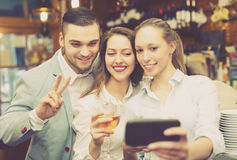 Les gens faisant le selfie au café Image libre de droits