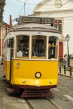 Les gens faisant le tour en tram surchargé numéro 28 dans des distr d'Alfama Photographie stock