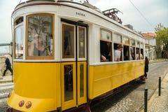 Les gens faisant le tour en tram surchargé numéro 28 dans des distr d'Alfama Images libres de droits