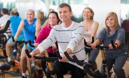 Les gens faisant un cycle dans un gymnase Photo stock