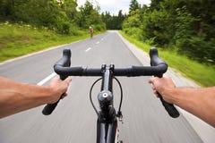 Les gens faisant un cycle sur la route en nature Image libre de droits