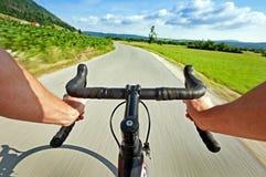 Les gens faisant un cycle sur la route en nature Images stock