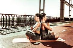 Les gens faisant un exercice de relaxation un jour ensoleill? photographie stock
