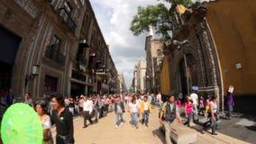 Les gens faisant un tour dedans en centre ville, dans la rue de Madero banque de vidéos