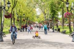 Les gens faisant un tour la journée de printemps chaude en parc public de Mogosoaia Photos stock