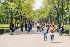 Les gens faisant un tour la journée de printemps chaude en parc public de Mogosoaia Photos libres de droits