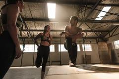 Les gens faisant une pause après stage de formation physique intense Photos stock