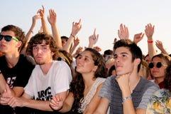 Les gens (fans) observent un concert de leur bande préférée au festival 2013 de BOBARD (Festival Internacional de Benicassim) Photographie stock libre de droits