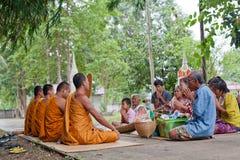 Les gens feront le mérite, charité avec des moines pour des défunts Images libres de droits