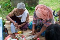 Les gens feront le mérite, charité avec des moines pour des défunts Photographie stock