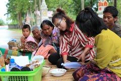 Les gens feront le mérite, charité avec des moines pour des défunts Images stock