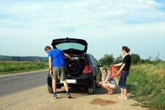 Les gens fixant un pneu plat Image libre de droits