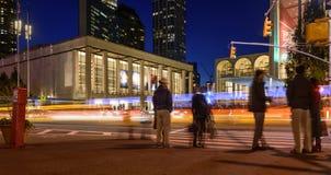 Les gens flânant la nuit près de Lincoln Center Image stock