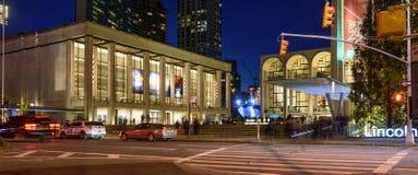 Les gens flânant la nuit près de Lincoln Center Images stock
