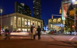 Les gens flânant la nuit près de Lincoln Center Image libre de droits