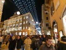 Les gens flânant par l'intermédiaire des vacances Rome de Noël de Noël de del Corso photo libre de droits