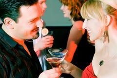 Les gens flirtant et buvant dans un bar Photos stock