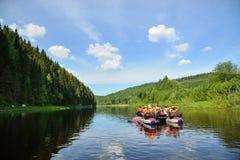 Les gens flottent en bas de la rivière sur le catamaran gonflable Image stock