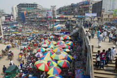 Les gens font des achats au vieux marché dans Dhaka, Bangladesh image stock