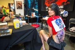 Les gens font des tatouages à la 10ème convention internationale de tatouage au centre de Congrès-EXPO Images libres de droits