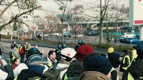 Les gens Gilets Jaunes ou la protestation jaune de gilet à Strasbourg France clips vidéos