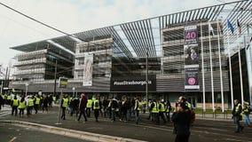 Les gens Gilets Jaunes ou la protestation jaune de gilet à Strasbourg France banque de vidéos