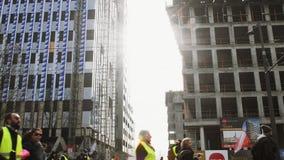Les gens Gilets Jaunes ou la protestation jaune de gilet marchant à Strasbourg France banque de vidéos
