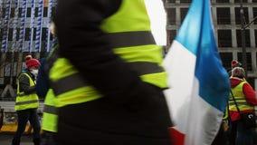 Les gens Gilets Jaunes ou la protestation jaune de gilet marchant à Strasbourg France clips vidéos