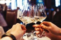 Les gens grillant avec du vin images libres de droits