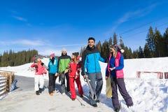 Les gens groupent avec le surf des neiges et la communication d'amis de Ski Resort Snow Winter Mountain Photographie stock libre de droits